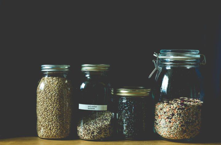 ビンに入った種子やナッツや穀物