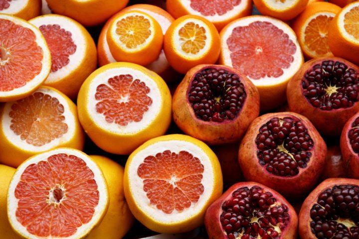 カラフルなオレンジとザクロとみかん