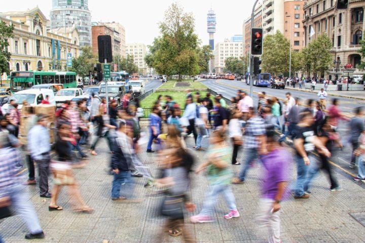 欧米の街を歩くたくさんの人々