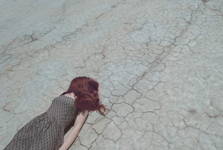 ヘトヘトで倒れ込んでしまった少女