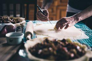 ビーガン料理を作るシェフ