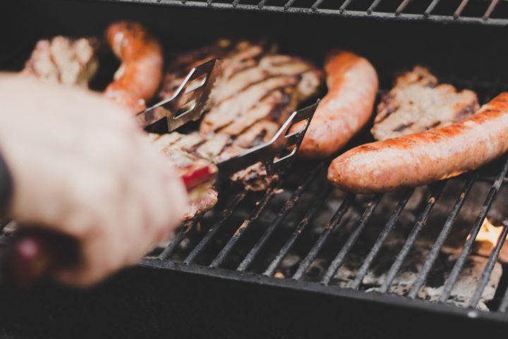 バーベキューで焼くお肉とソーセージ