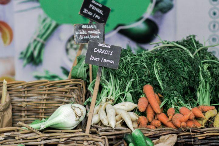 マーケットに並ぶオーガニック(有機栽培)の野菜