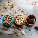 一列に並ぶ豆、カシューナッツ、デイツ