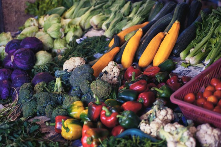 マーケットに並ぶ色とりどりの野菜