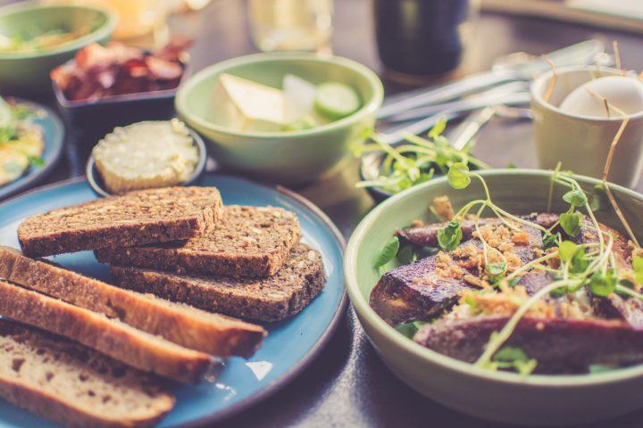 健康的な朝食とグルテンフリーのパン
