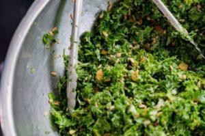 ロービーガンのケールとひまわりの種のサラダ