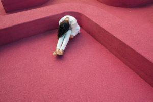 悲しそうに俯く女性