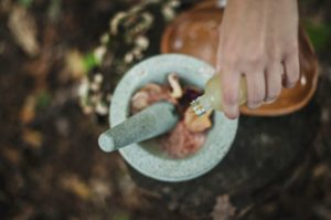 食べ物にオイルをかける女性の手