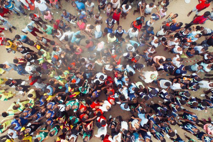 一箇所に集中する大勢の人々