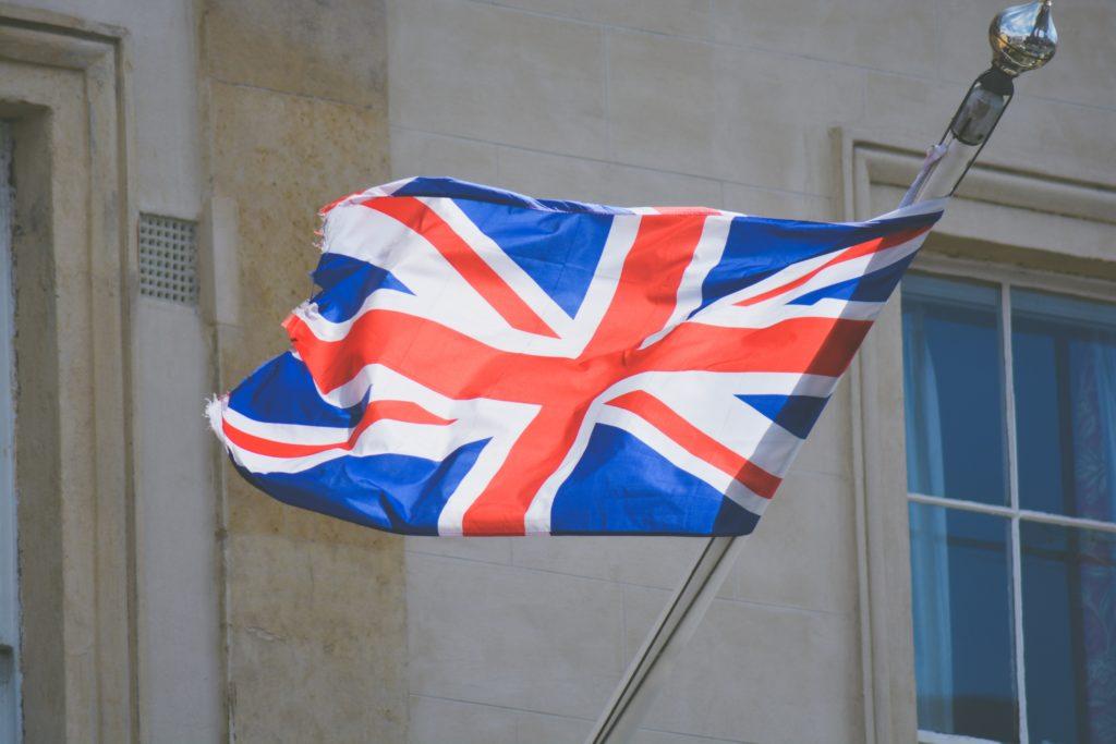 風になびくイギリス国旗と建物