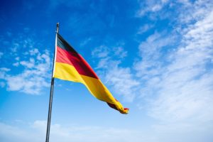 風になびくドイツ国旗と青空