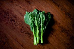 テーブルの上に置かれた緑黄色野菜