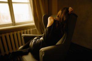 ビタミンB12不足で疲れた様子のヴィーガン女性
