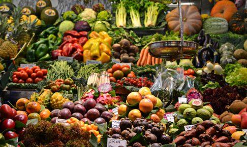 ビーガン用のスーパーに並ぶ多種の野菜