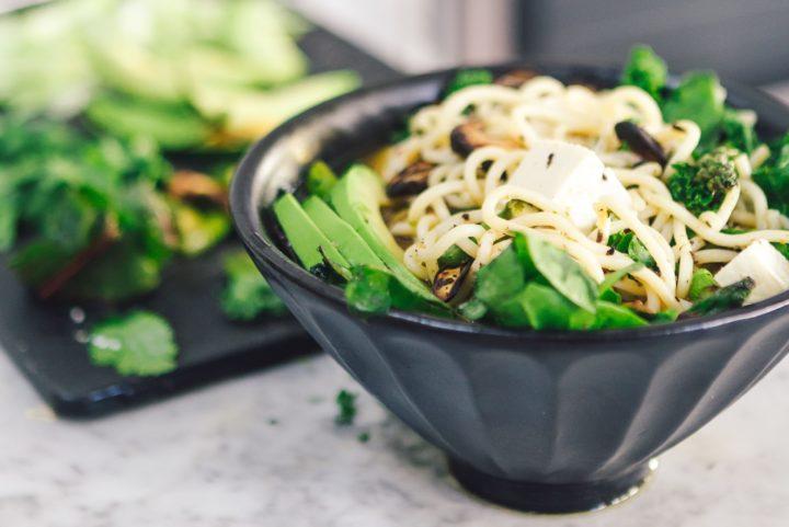 優秀なタンパク源、豆腐が乗った麺料理