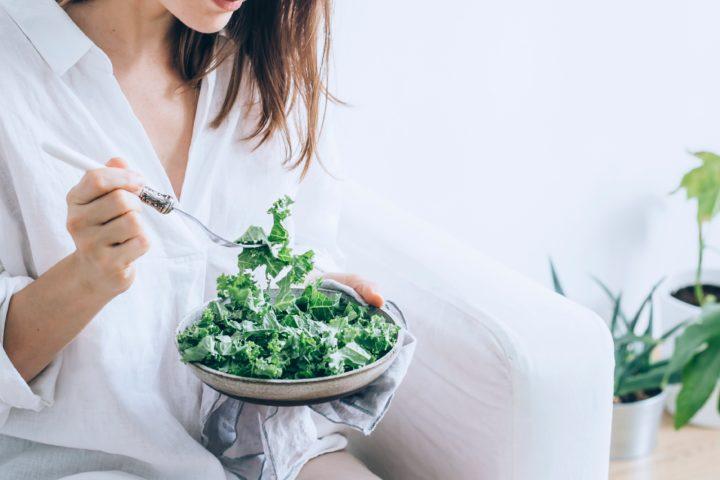 サラダを食べるヴィーガンセレブリティ