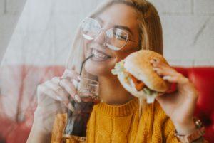 海外で大流行の植物性代替肉を食べる女性
